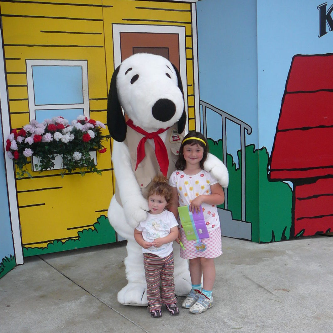 Snoopy posing with two small girls