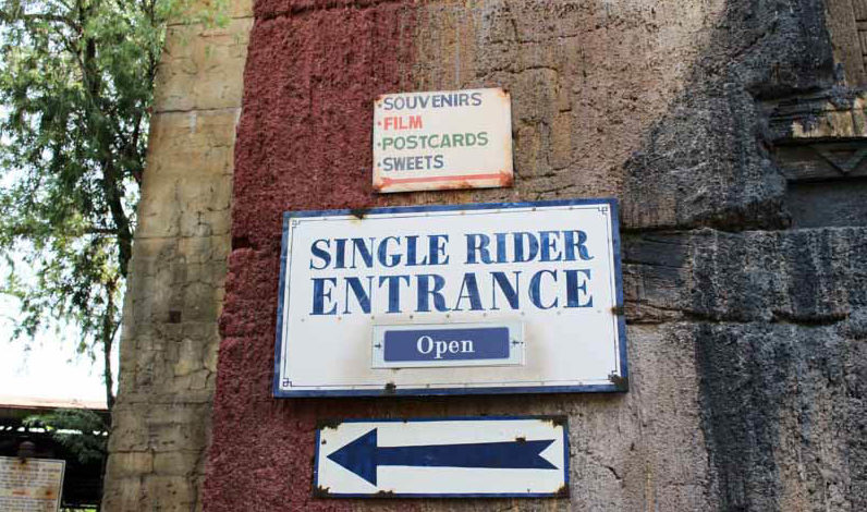 Sign of the single rider entrance