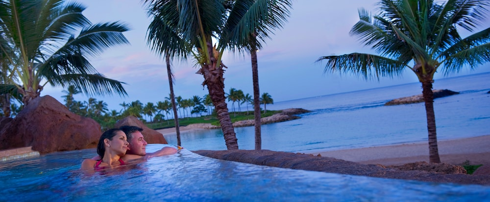 Infinity pool overlooking the Hawaii beach