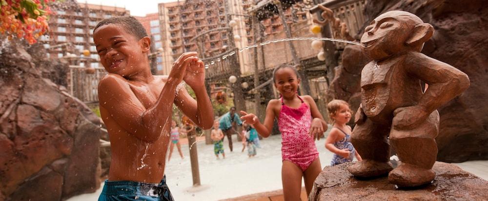 Two kids splashing in a pool